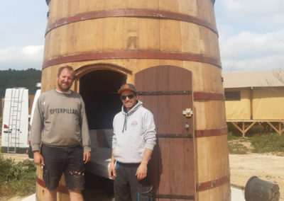 Le foudre aménagé est une grande barrique qui a accueilli des vins prestigieux | Dôme pour regarder les étoiles, cabane chauffée...